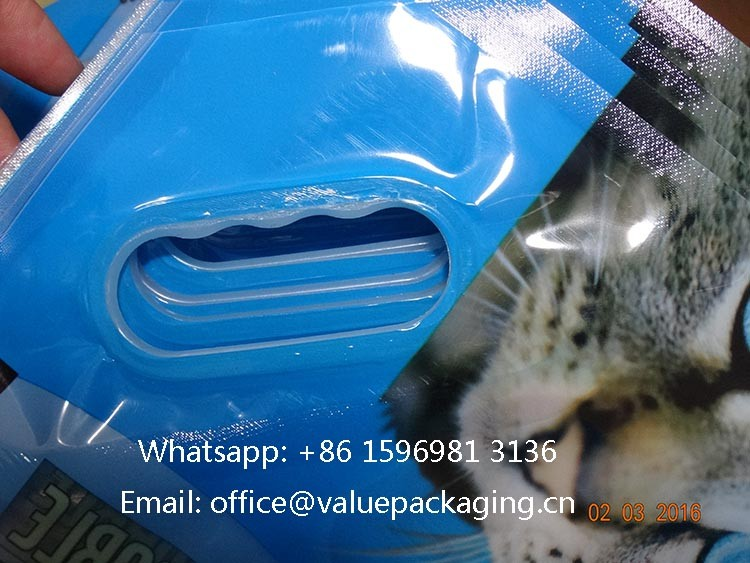 embedded-plastic-handle-on-pet-foods-package